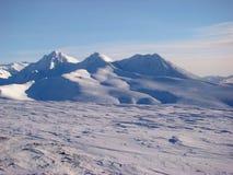 Vista panoramica delle montagne innevate Fotografia Stock Libera da Diritti