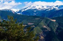 Vista panoramica delle montagne intorno alla valle dell'Andorra Fotografia Stock