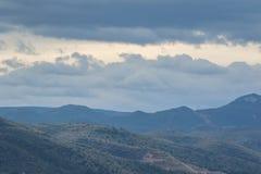 Vista panoramica delle montagne in Spagna giorno nuvoloso fotografie stock