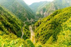 Vista panoramica delle montagne vedute dalla cima in Romania immagini stock