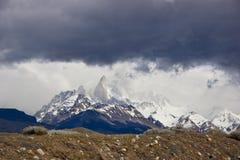 Vista panoramica delle nuvole drammatiche di Torres del Paine fotografia stock libera da diritti