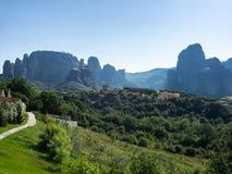Vista panoramica delle rocce di Meteora un chiaro giorno di estate fotografia stock