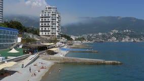 Vista panoramica delle spiagge ai grandi hotel in Jalta, Crimea archivi video