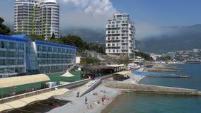 Vista panoramica delle spiagge ai grandi hotel in Jalta, Crimea stock footage