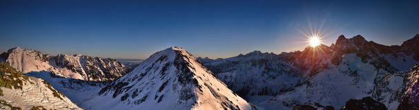 Vista panoramica di alba in alta montagna di Tatra Picco di Miedziane Fotografia Stock