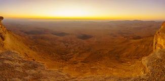 Vista panoramica di alba del cratere Ramon di Makhtesh immagine stock libera da diritti