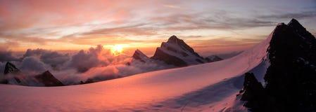 Vista panoramica di alba rosa splendida sopra i picchi di alta montagna e del ghiacciaio nelle alpi Immagini Stock Libere da Diritti
