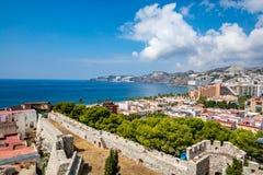 Vista panoramica di Almuñécar Almunecar con le pareti del castello Fotografie Stock