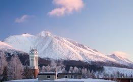 Vista panoramica di alte montagne innevate di tatras Fotografie Stock