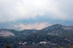 Vista panoramica di alte montagne verdi nel Montenegro Fotografia Stock