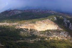 Vista panoramica di alte montagne verdi nel Montenegro Fotografie Stock