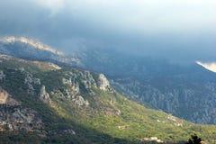 Vista panoramica di alte montagne verdi nel Montenegro Immagini Stock Libere da Diritti