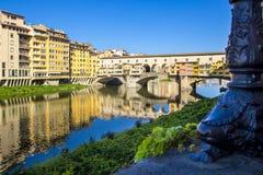 Vista panoramica di Arno River e del ponte medievale di pietra Ponte Vecchio con la bella riflessione delle case variopinte, Fire fotografie stock libere da diritti