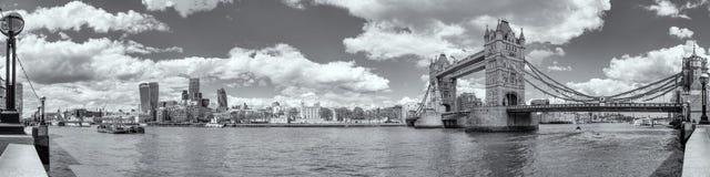 Vista panoramica di B&W del ponte della torre e della torre di Londra Fotografia Stock Libera da Diritti