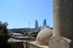 Vista panoramica di Bacu - la capitale dell'Azerbaigian ha individuato dalla riva di mar Caspio Visto da un bagno turco fotografia stock libera da diritti
