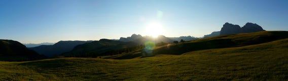 Vista panoramica di bella alba sull'alpe nelle montagne Immagini Stock Libere da Diritti