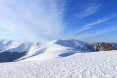 Vista panoramica di bella gamma di Borzhava delle montagne carpatiche del paesaggio un giorno di inverno soleggiato fotografia stock
