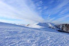 Vista panoramica di bella gamma di Borzhava delle montagne carpatiche del paesaggio un giorno di inverno soleggiato immagini stock