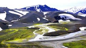 Vista panoramica di bella montagna della neve e della corrente di neve di fusione video d archivio