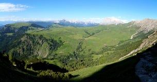 Vista panoramica di bella paesaggio della montagna della dolomia/alpe di verde e delle montagne ripide Immagine Stock Libera da Diritti