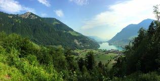 Vista panoramica di belle montagna e valle con il lago in Svizzera Fotografie Stock Libere da Diritti