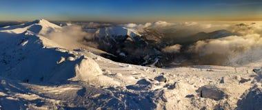 Vista panoramica di belle montagne nevose Fotografie Stock