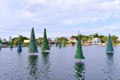 Vista panoramica di bello lago con gli alberi di Natale sul fondo del cielo nuvoloso a Seaworld fotografia stock libera da diritti
