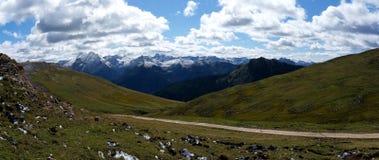 Vista panoramica di bello paesaggio della montagna della dolomia e dei prati verdi nel Tirolo del sud Immagini Stock Libere da Diritti