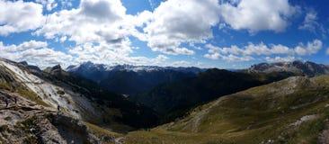 Vista panoramica di bello paesaggio della montagna della dolomia e dei prati verdi nel Tirolo del sud Fotografie Stock
