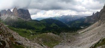 Vista panoramica di bello paesaggio della montagna della dolomia nel Tirolo del sud Immagini Stock