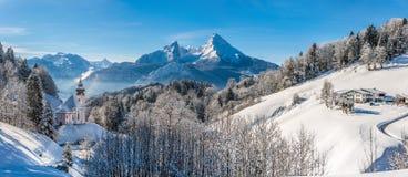 Vista panoramica di bello paesaggio di inverno nell'alpe bavarese Fotografia Stock