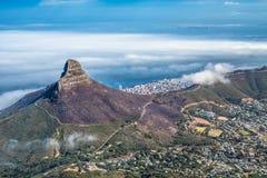 Vista panoramica di Cape Town, della testa del leone e della collina del segnale dalla cima della montagna della Tabella fotografie stock