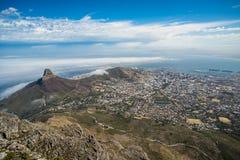 Vista panoramica di Cape Town, della testa del leone e della collina del segnale dalla cima della montagna della Tabella immagini stock