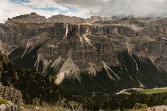 Vista panoramica di catena montuosa nel parco naturale di Puez-Geisler Fotografie Stock