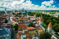 Vista panoramica di Città Vecchia Tallinn con le torri e le pareti, Estoni fotografia stock libera da diritti