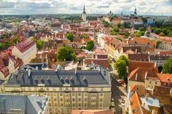 Vista panoramica di Città Vecchia Tallinn con le torri e le pareti, Estoni immagini stock