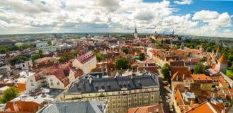 Vista panoramica di Città Vecchia Tallinn con le torri e le pareti, Estoni fotografie stock libere da diritti