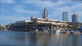 Vista panoramica di Convention Center e delle barche variopinte sul fondo blu-chiaro del cielo stock footage