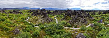 Vista panoramica di Dimmu Borgir Lavafeld nell'est del lago Mytavn in Islanda del Nord fotografia stock libera da diritti