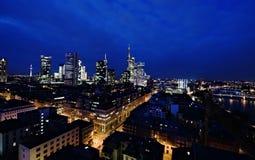 Vista panoramica di Frankfurt& x27; orizzonte di s con il ponte di notte immagini stock