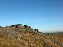 Vista panoramica di grande affioramento irregolare di gritstone ai bridestones che una grande formazione rocciosa in West Yorkshi fotografia stock