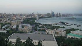 Vista panoramica di grande città dal mare Giorno alla notte Timelapse video d archivio
