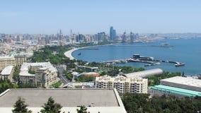Vista panoramica di grande megalopoli della città dal mare al giorno di estate Bacu, Azerbaigian Timelapse stock footage