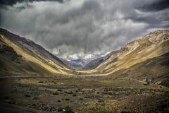 Vista panoramica di grande valle nella Cordigliera delle Ande fotografia stock
