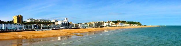 Vista panoramica di Hastings sulla passeggiata e sulla spiaggia del mare Fotografia Stock