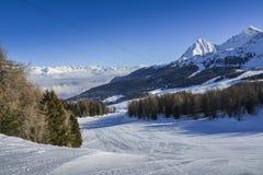 Vista panoramica di largamente e pista governata dello sci nella località di soggiorno di Pila nel ` Aosta, Italia di Valle d dur Fotografie Stock Libere da Diritti