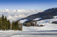 Vista panoramica di largamente e pista governata dello sci nella località di soggiorno di Pila nel ` Aosta, Italia di Valle d dur Immagini Stock Libere da Diritti
