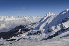 Vista panoramica di largamente e pista governata dello sci nella località di soggiorno di Pila nel ` Aosta, Italia di Valle d dur Immagine Stock Libera da Diritti