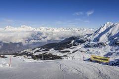 Vista panoramica di largamente e pista governata dello sci nella località di soggiorno di Pila nel ` Aosta, Italia di Valle d dur Fotografie Stock
