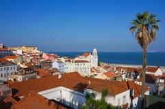 Vista panoramica di Lisbona Alfama verso il fiume fotografia stock libera da diritti